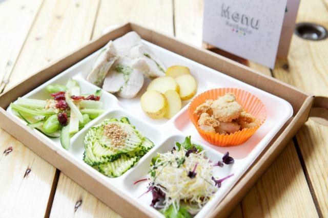 Grand Bento: salade de fève, courgettes marinées oshinko, salade de germes, pommes de terre rôties aux herbes, ballotines de poulet à l'estragon.