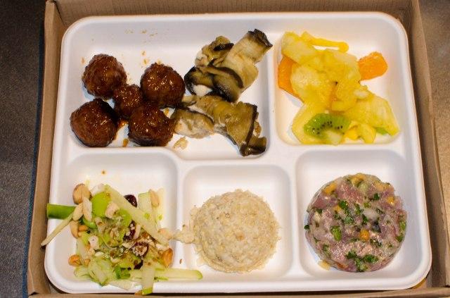 Grand Bento salade de fève, risotto de quinoa, tartare de Thon (ce n'était pas du maquereau ce jour là), mini-boulettes japonaises, roulés d'aubergine et fruits frais
