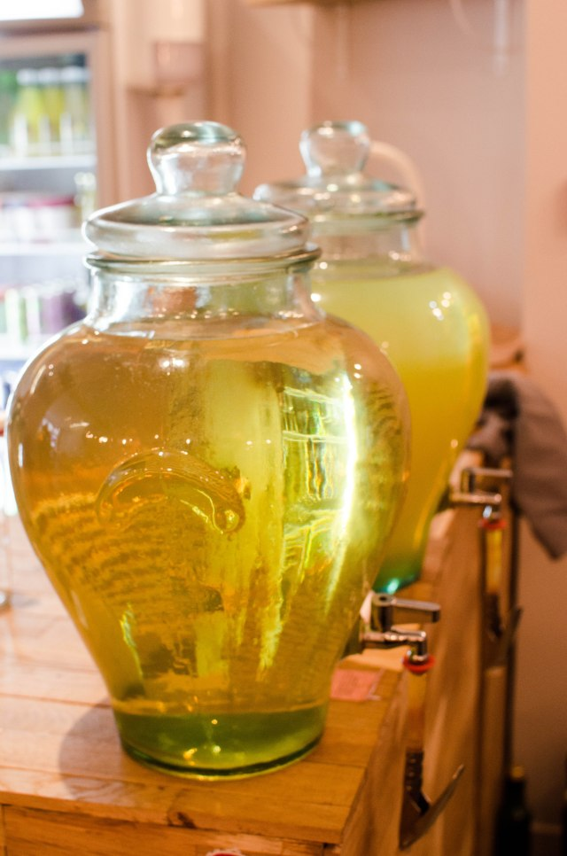 Des litres et des litres de thé vert froid à boire!